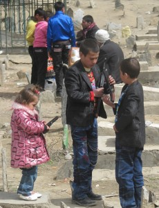 Children_with_toy_guns_at_graveyard_on_Afghan_New_Year