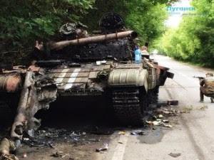 Burnt Ukrainian battle tank near Kransy Luch, Lugansk region, August 2014